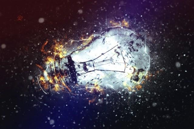 Почему взрываются лампочки в люстре при включении?