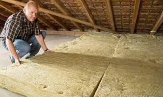 Как правильно утеплить потолок в деревянном доме изнутри и снаружи своими руками