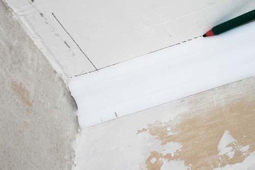 Как правильно клеить потолочный плинтус в углах, на потолке