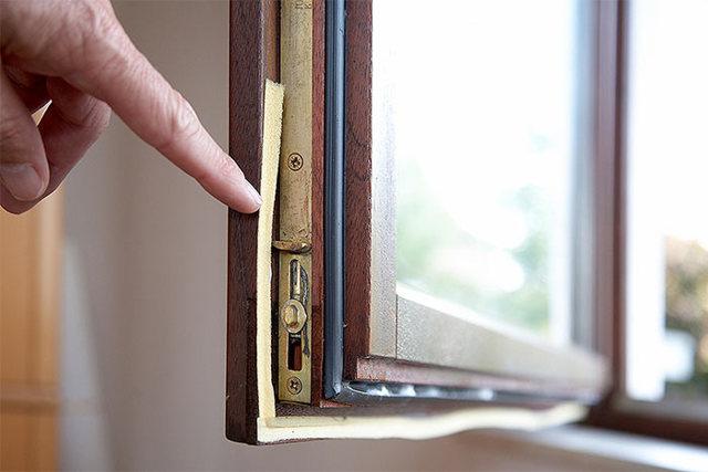 Как утеплить и чем заделать старые деревянные окна на зиму своими руками