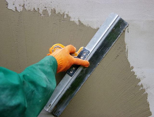Чем лучше штукатурить стены в квартире, доме