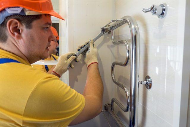 Как сделать полотенцесушитель своими руками или перенести его на другую стену?