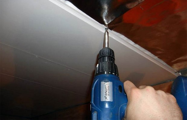 Как правильно крепить пластиковые панели к потолку?