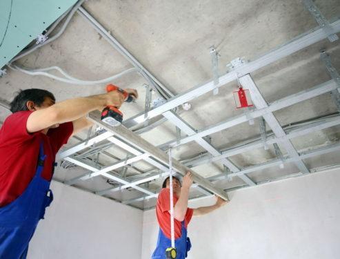 Как выровнять потолок своими руками?