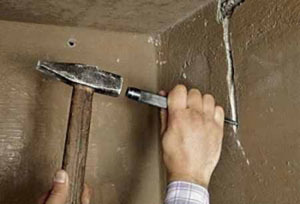Как и чем правильно штробить стены под проводку без пыли