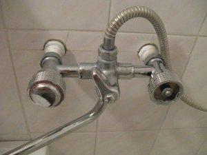 Установка и монтаж смесителя в ванной: как правильно поставить своими руками?
