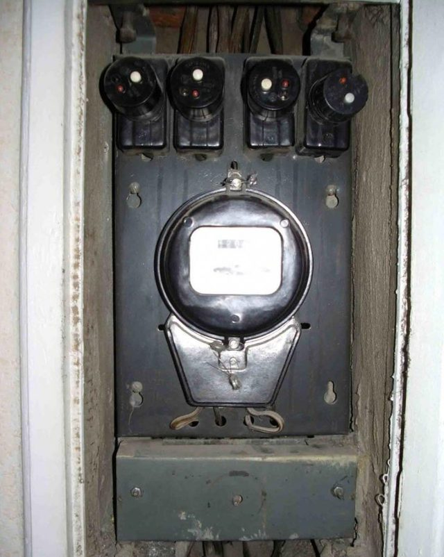 Выбивает автомат, пробки в квартире: причины, что делать, как включить?