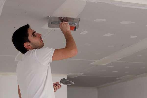 Как правильно покрасить потолок водоэмульсионной краской без разводов