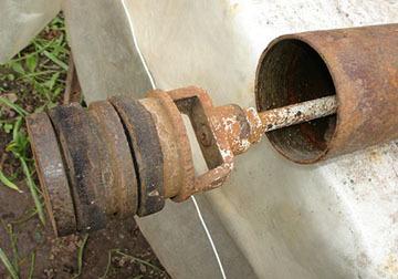 Ручной насос для воды из скважины на даче: разновидности, устройство, изготовление своими руками