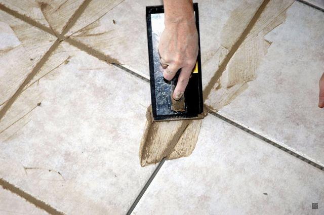 Как и чем клеить плитку на пол?