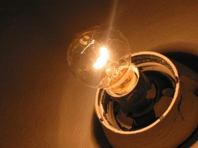 Мигает свет в квартире: причины, что делать?