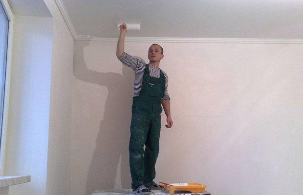 Как покрасить потолок водоэмульсионной краской своими руками?