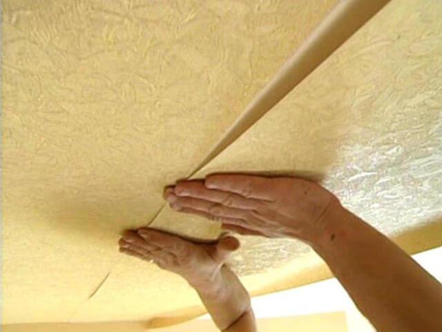 Как правильно клеить обои на потолок самостоятельно