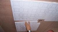 Как правильно поклеить потолочную плитку?