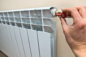Потекла батарея отопления: что делать, чем замазать течь?