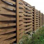 Как построить плетеный забор из досок своими руками