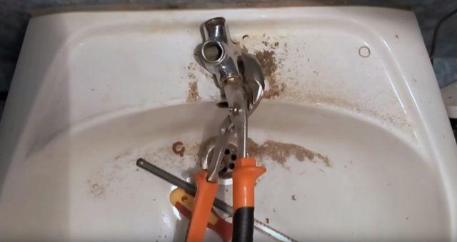 Как открутить кран буксу из смесителя если она прикипела?