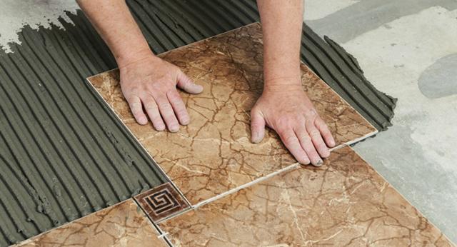 Как правильно клеить плитку, кафель своими руками